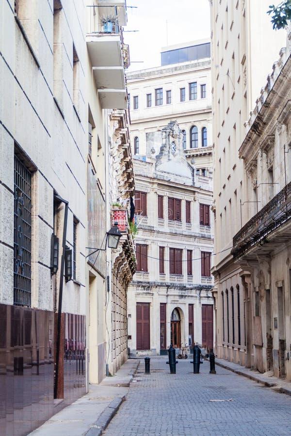 Schmale Gasse in der Mitte von Havana, CUB stockbild