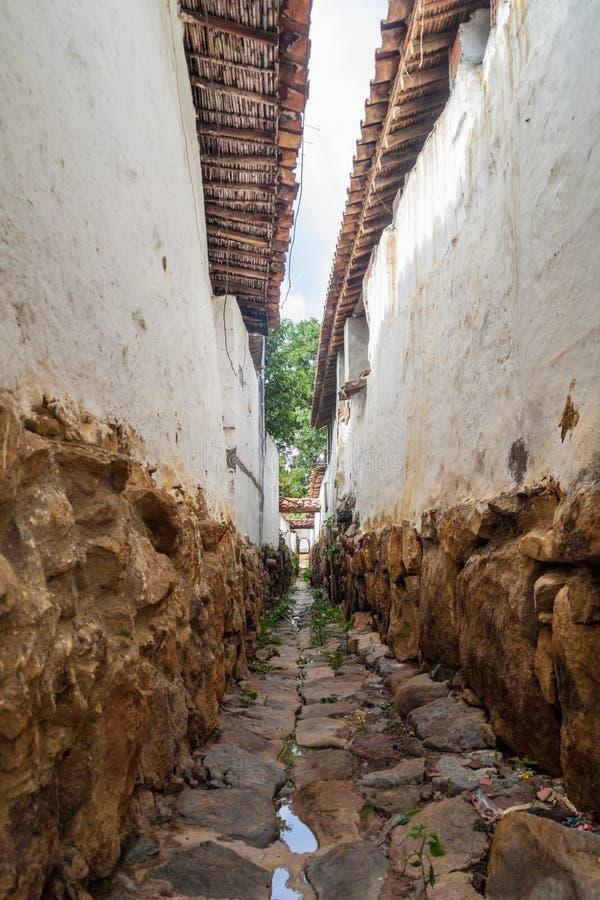 Schmale Gasse in Guane-Dorf lizenzfreie stockbilder