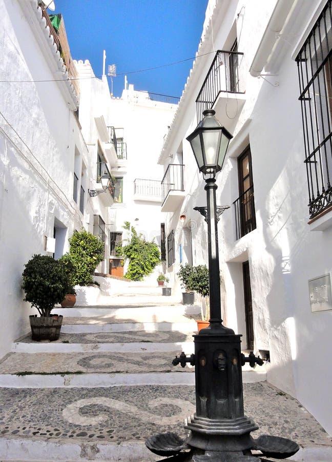 Schmale Gasse mit Treppe zwischen weißen Häusern in einem kleinen spanischen Bergdorf in Andalusien, schmale Straße, Anblick, And lizenzfreies stockbild
