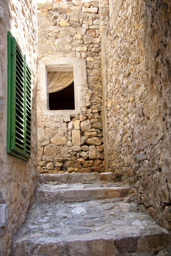 Schmale Gasse in Ulcinj - Montenegro stockfotos