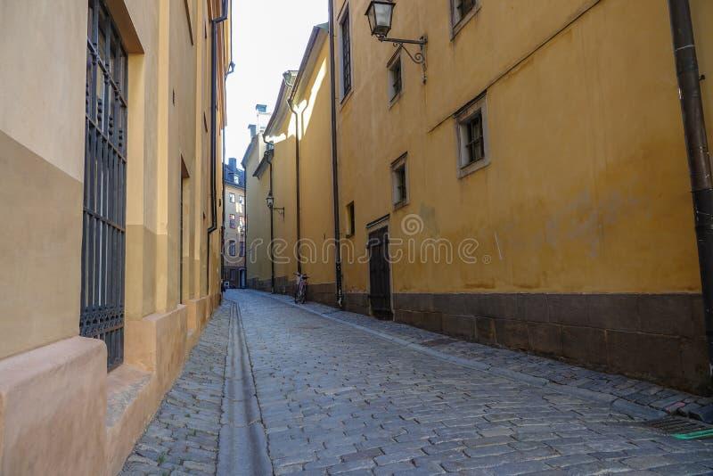 Schmale Gasse zwischen alten Häusern in Gamla stan, die alte Stadt von Stockholm, Schweden lizenzfreie stockbilder