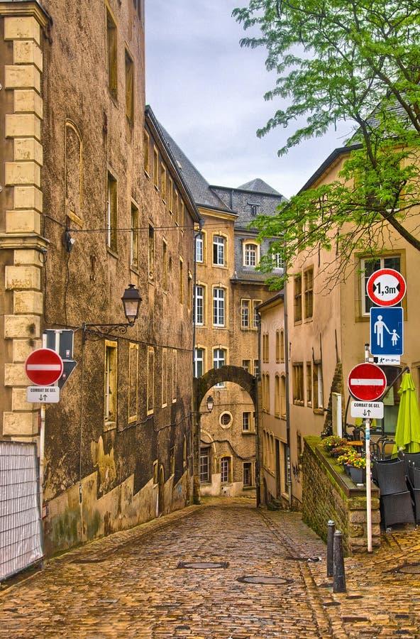 Schmale mittelalterliche Straße in Luxemburg, Benelux, HDR stockfoto