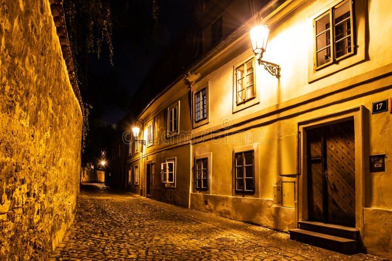Schmale Pflasterstraße in der alten mittelalterlichen Stadt mit belichteten Häusern durch WeinleseStraßenlaternen, Novy-svet, Pra lizenzfreie stockbilder