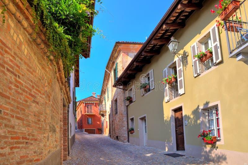 Schmale Pflasterstraße in der Stadt von Guarene, Italien. lizenzfreies stockfoto