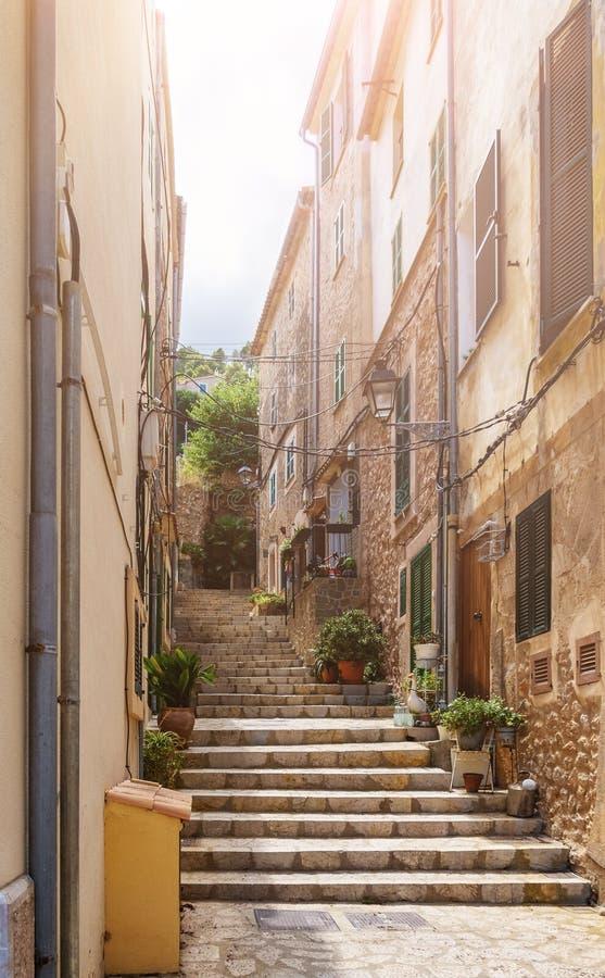 Schmale steile Gasse mit Schritten im historischen spanischen Dorf stockfotografie