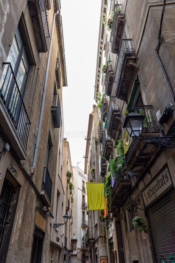 Schmale Straße der alten Stadt in Barri Gotic Barcelona lizenzfreie stockfotografie
