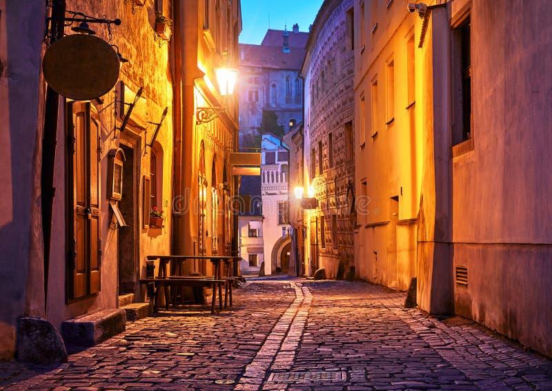 Schmale Straße der alten Stadt mit Nachtlaternenlampen lizenzfreies stockfoto