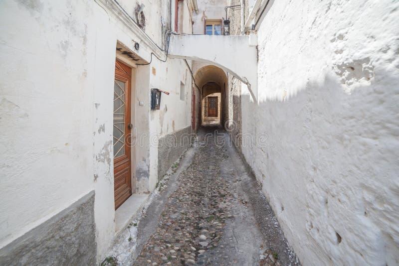 Schmale Straße in der alten Stadt Rhodos lizenzfreies stockfoto