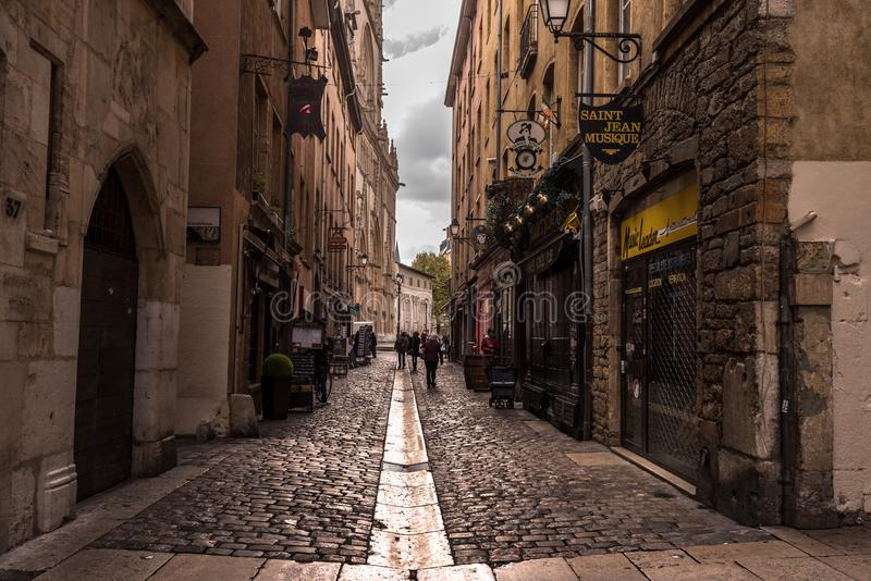 Schmale Straße mit Shops lizenzfreie stockfotografie