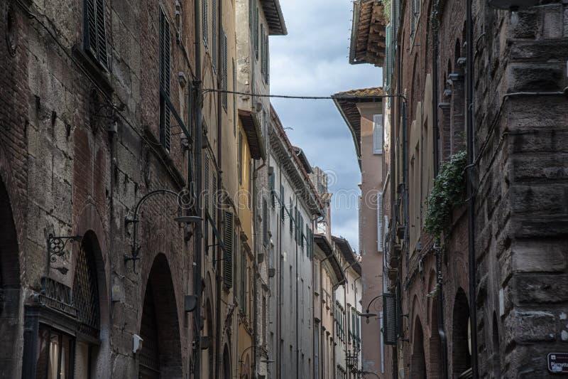 Schmale Straße mit typischen italienischen Häusern in Lucca, Toskana stockfotos
