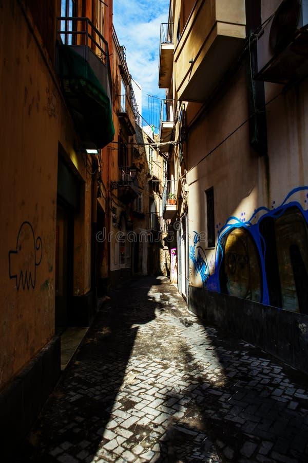Schmale Straße in Ortigia, Syrakus, Italien lizenzfreie stockfotos