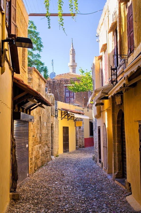 Schmale Straße in Rhodos-Stadt, Griechenland lizenzfreies stockfoto