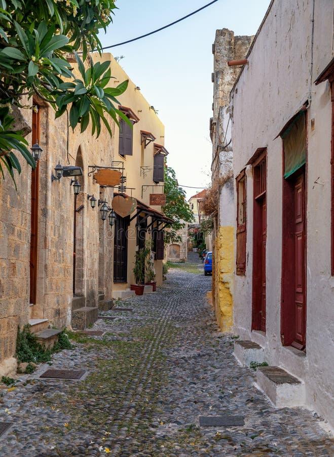 Schmale Straße und Architektur der mittelalterlichen alten Stadt Rhodos stockfotos