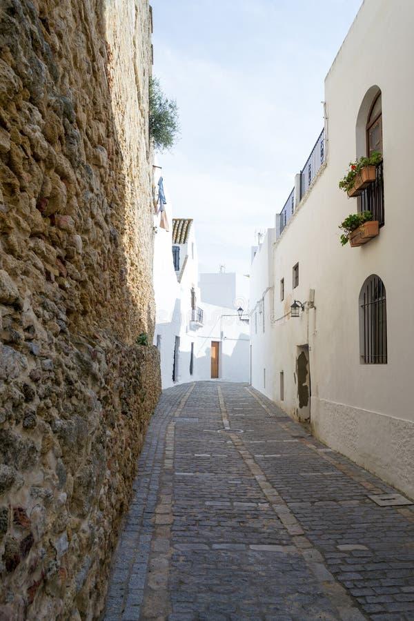 Schmale Straße in Vejer De-La Frontera, Andalusien, Spanien, Europa lizenzfreie stockfotos