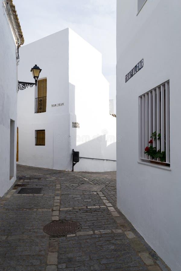 Schmale Straße in Vejer De-La Frontera, Andalusien, Spanien, Europa stockfotografie