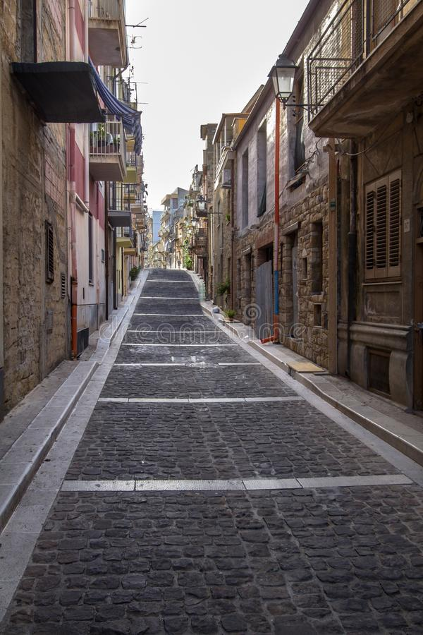 Schmale Straße von Lascari in Sizilien, Italien lizenzfreie stockfotografie