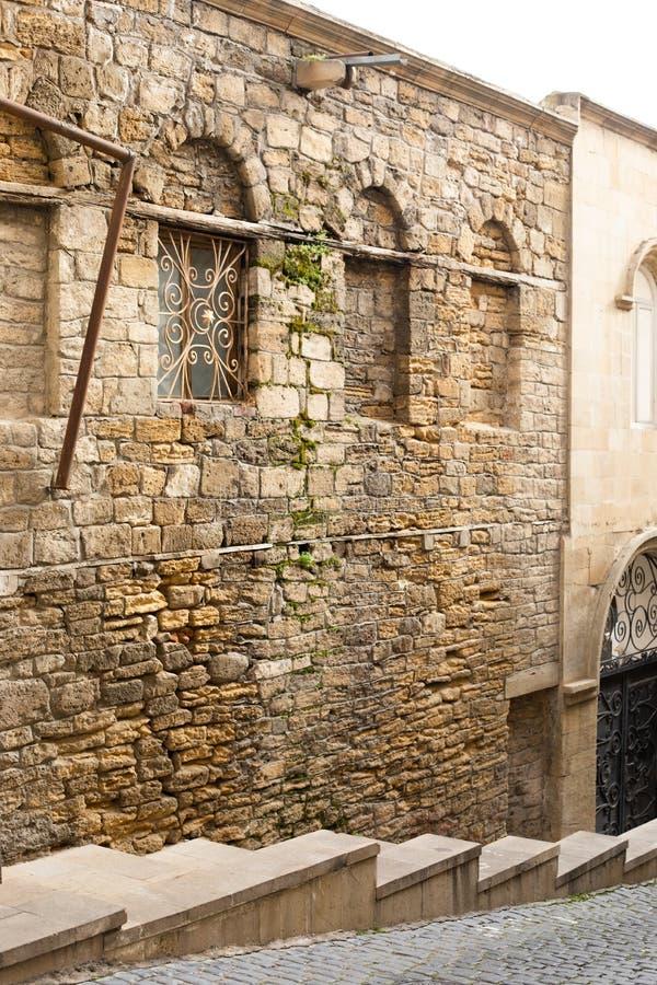 Schmale Straßen der alten Stadt, der alten Gebäude und der Wände Baku, Aserbaidschan lizenzfreies stockfoto