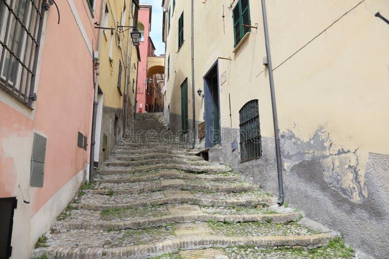 Schmale Straßen des italienischen Dorfs Cervo stockfotografie