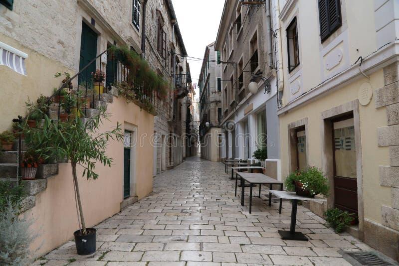 Schmale Straßen von Å-ibenik Kroatien stockbild