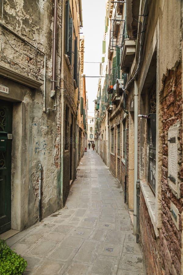 Schmale Straßen von Venedig lizenzfreie stockfotos