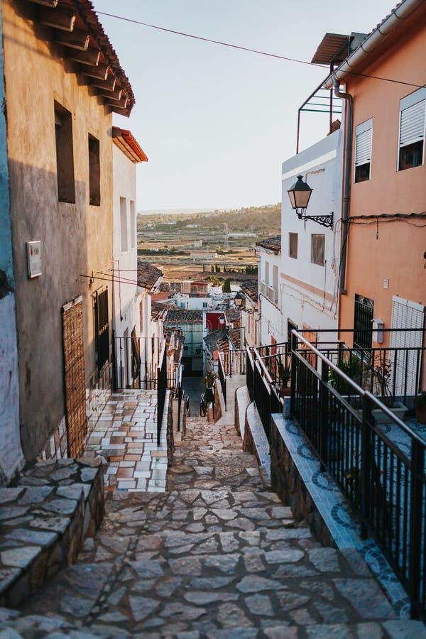 Schmale Straßenansicht der Stadt Chella Valencia Spain lizenzfreie stockfotos
