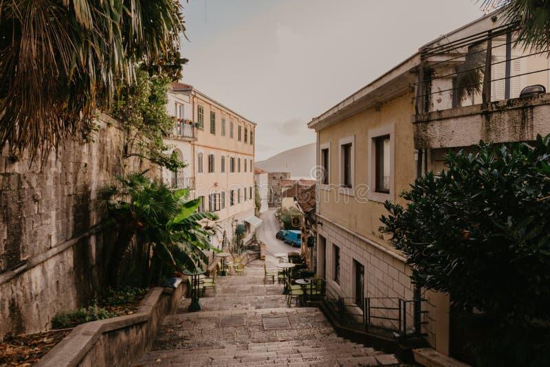 Schmale Straßen der historischen alten Stadt Herceg Novi, gilf Boka Kotor stockfotos
