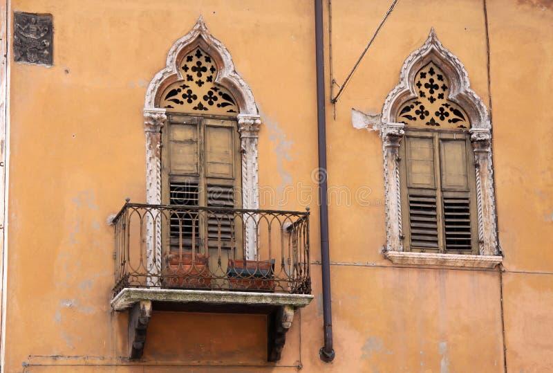 schmaler balkon in der alten stadt von verona stockbild. Black Bedroom Furniture Sets. Home Design Ideas