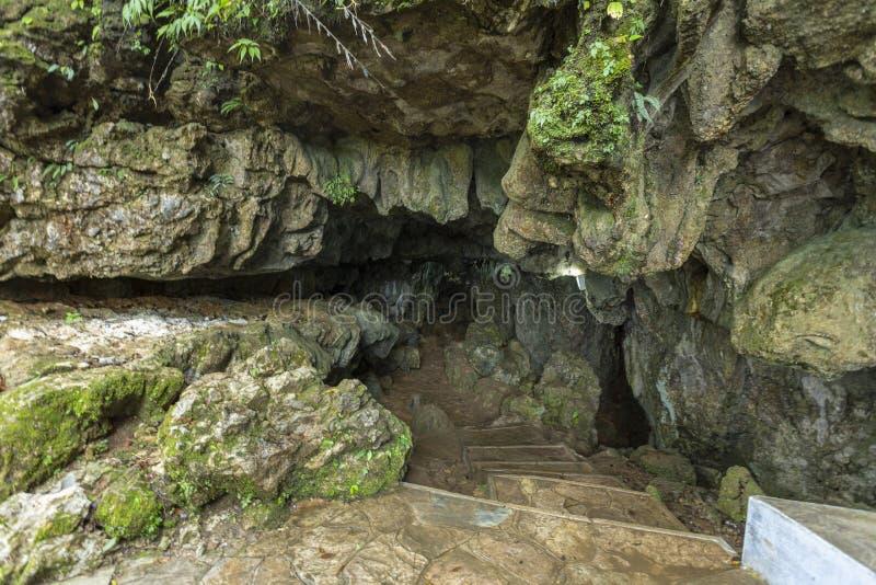 Schmaler Eingang von Mawsmai-Höhle, Cherrapunjee, Meghalaya, Indien stockfotos