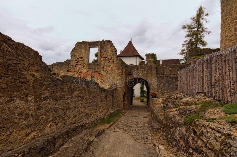 Schmaler Pfad zum Haupthof von Landstejn-Schloss Es ist das älteste und beste konservierte romanische Schloss in Europa lizenzfreie stockbilder