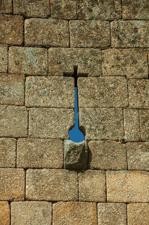 Schmaler Schlitz in der Querform und Gosse auf einer Steinwand stockfotos