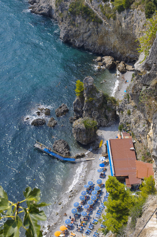 Schmaler Strand auf der Amalfitan-Küste lizenzfreie stockfotos