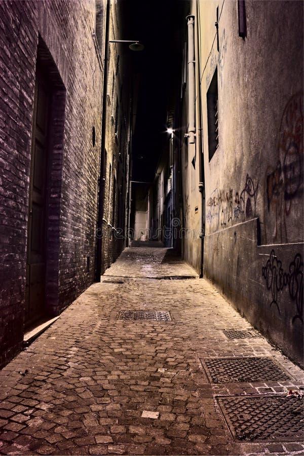 Schmaler Weg in der alten Stadt stockfoto