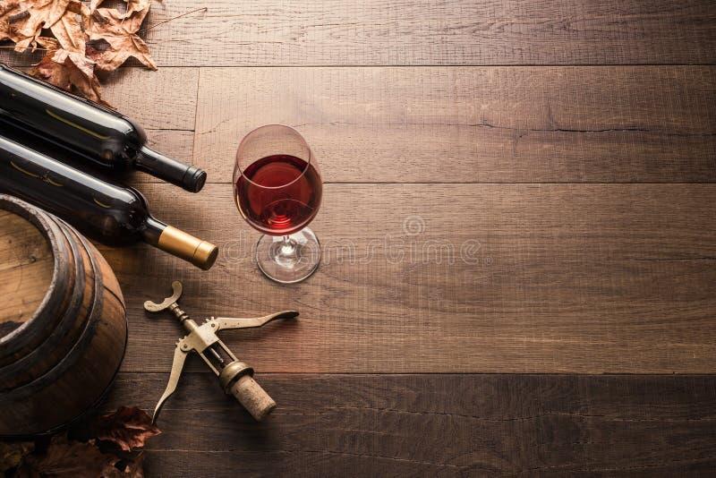 Schmecken des ausgezeichneten Rotweins stockbilder
