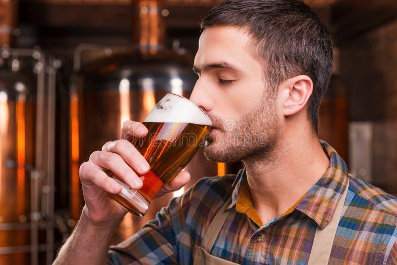 Schmecken des frischen gebrauten Bieres stockfotos