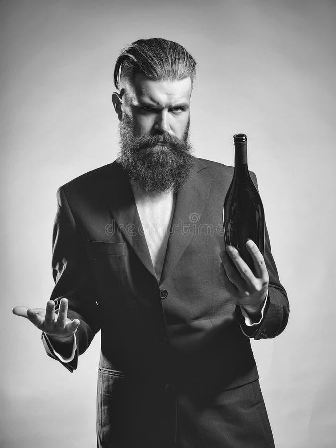 Schmecker des Weins Bärtiger Mann mit Weinflasche stockbilder