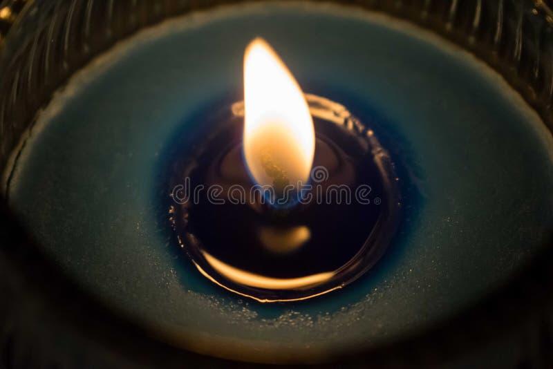 Schmelzende blaue Kerze, beleuchtet blaue duftende Kerze lizenzfreies stockfoto