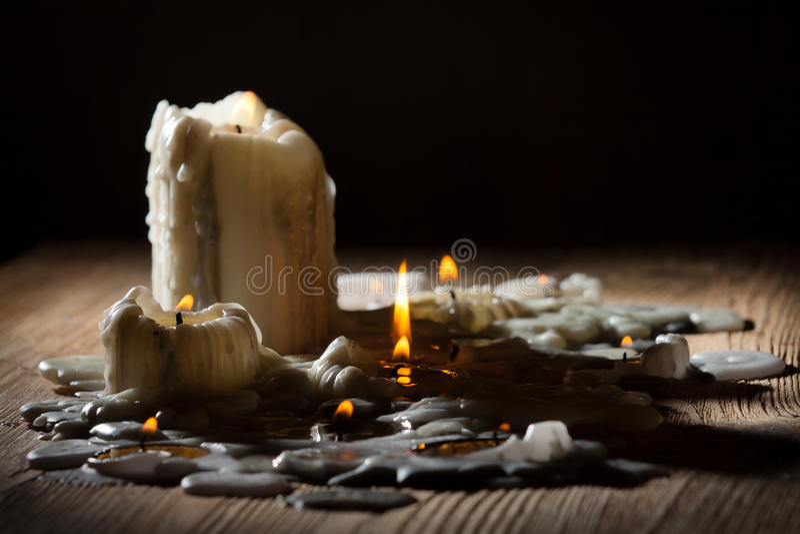 Schmelzende candls mit Feuer lizenzfreie stockfotografie