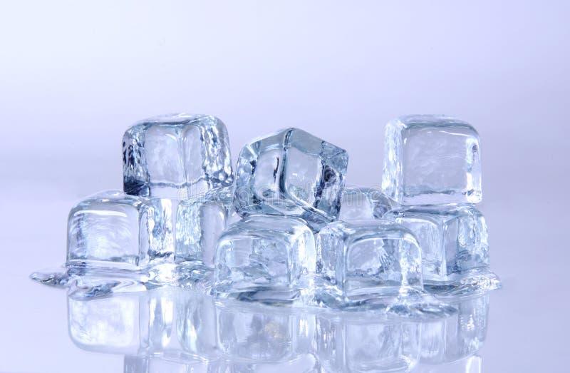 Schmelzende Eis-Würfel lizenzfreies stockfoto