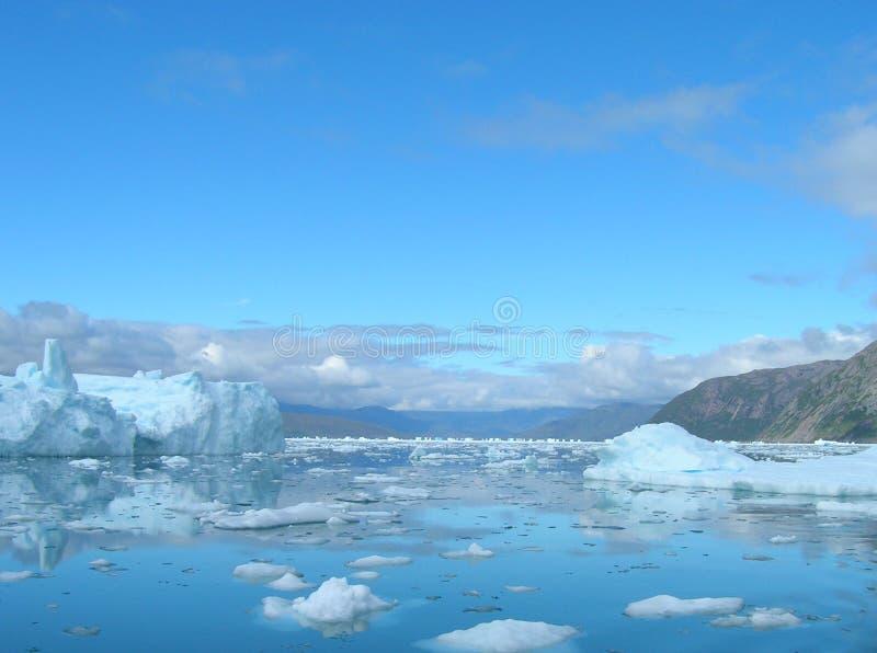 Schmelzende Eisberge an der Küste von Grönland lizenzfreies stockbild