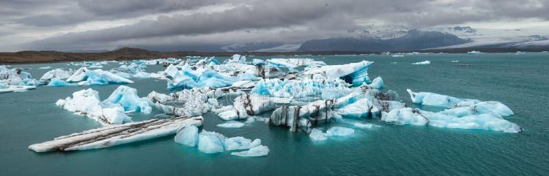 Schmelzende Eisberge an südöstlichem Island Skandinavien Panorama Gletschersee Jokulsarlon lizenzfreie stockfotografie