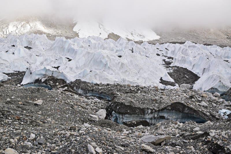 Schmelzende Eisgletscher passend zur globalen Erwärmung mit starkem Nebel an der Spitze lizenzfreie stockbilder