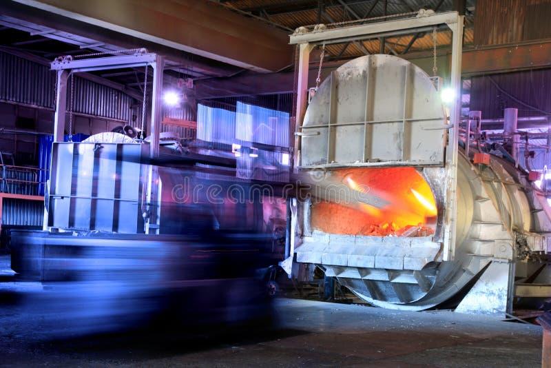 Schmelzender Aluminiumofen lizenzfreies stockfoto