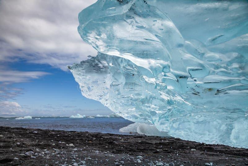Schmelzender Eisberg auf schwarzem Strand bei Jokulsarlon südöstliches Island Skandinavien lizenzfreie stockbilder