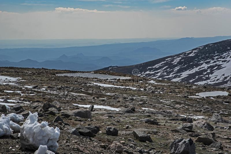 Schmelzendes Eistal auf Mt Evans, Colorado stockbild