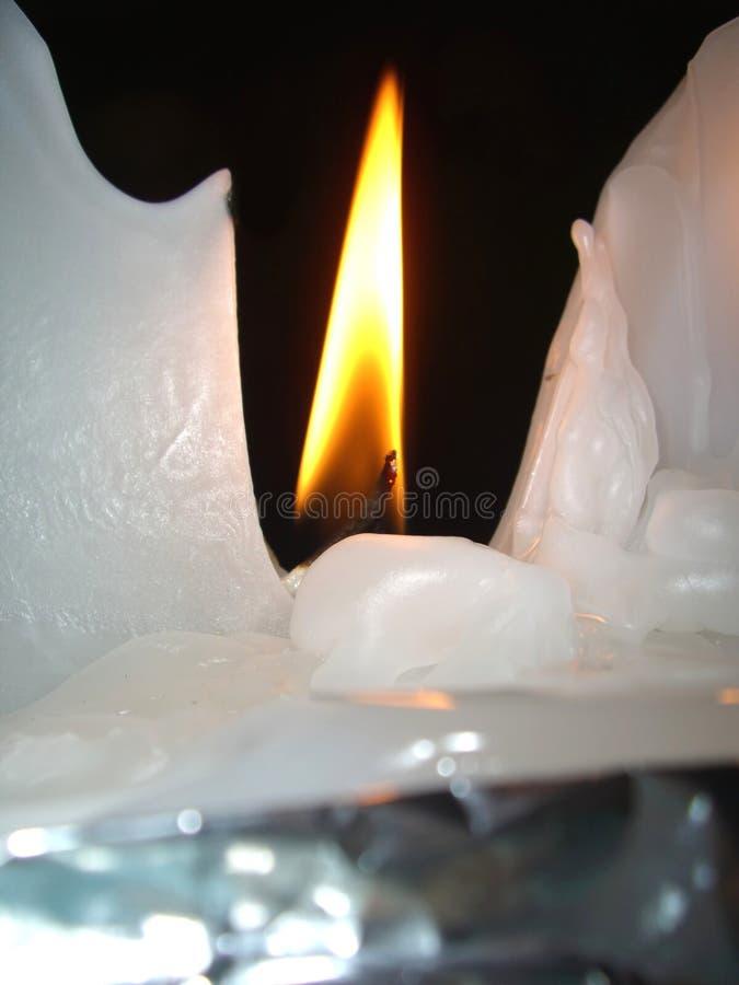 Schmelzendes Kerzewachs und -flamme stockbild