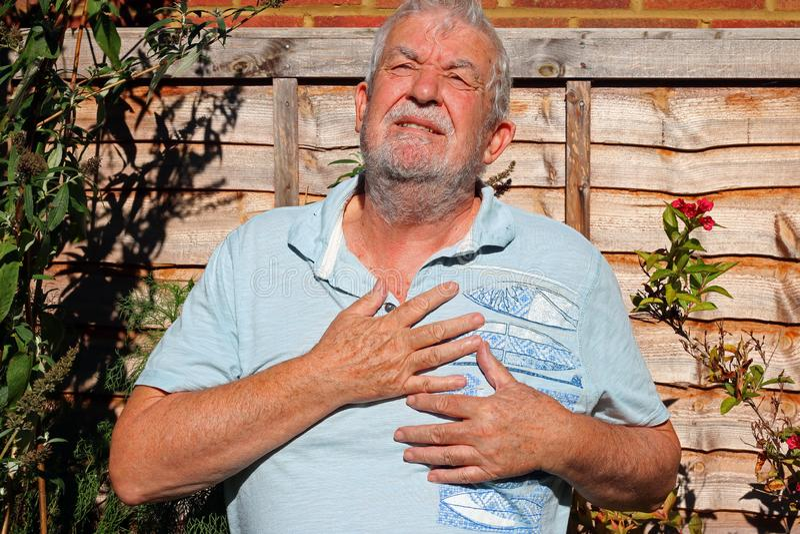 Schmerz in der Brust Mann hält für Inneres angina lizenzfreies stockfoto