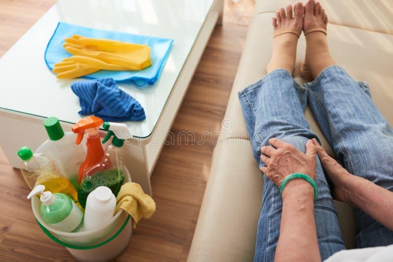 Schmerz im Knie lizenzfreie stockbilder