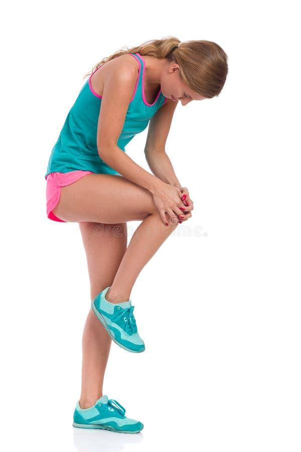 Schmerz im Knie lizenzfreie stockfotografie