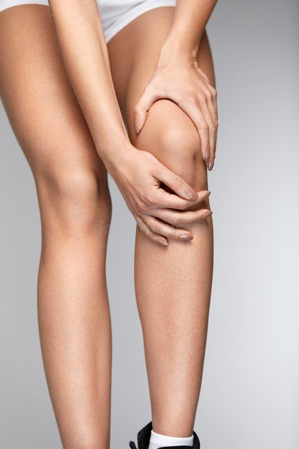 Schmerz im Knie Nahaufnahme des weiblichen Beines mit schmerzlichem Gefühl im Knie stockbild