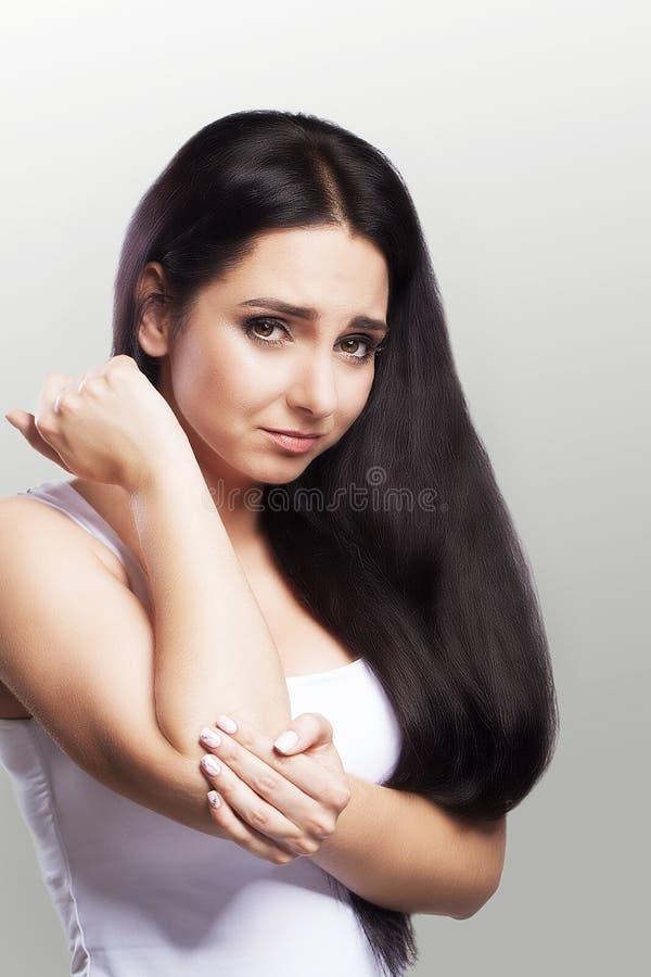 Schmerz im Winkelstück Starke schmerzliche Empfindungen in der Hand Verzerrter Blick des Mädchens mit starken schmerzlichen Gefüh stockfotos